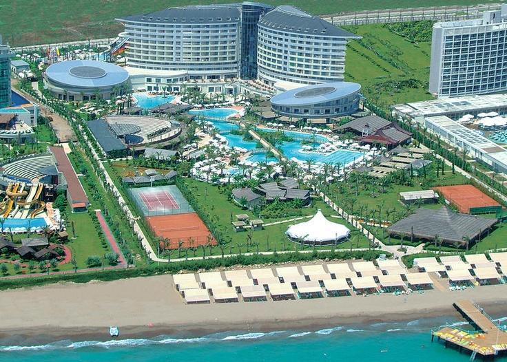 Royal Wings is een ultra all inclusive 5-sterren hotel dat bekend staat om haar goede service, leuke animatie en de vele faciliteiten. Het zwembad is groot, het waterpark met 9 glijbanen spectaculair en de 4 à la carte restaurants uitgebreid en heerlijk. Het complex ligt in de kuststrook van Lara, met een kilometerslang fijn zandstrand. Royal Wings ligt direct aan dit strand. Het centrum van Lara en Antalya zijn eenvoudig te bereiken voor een middagje genieten.  Officiële categorie *****