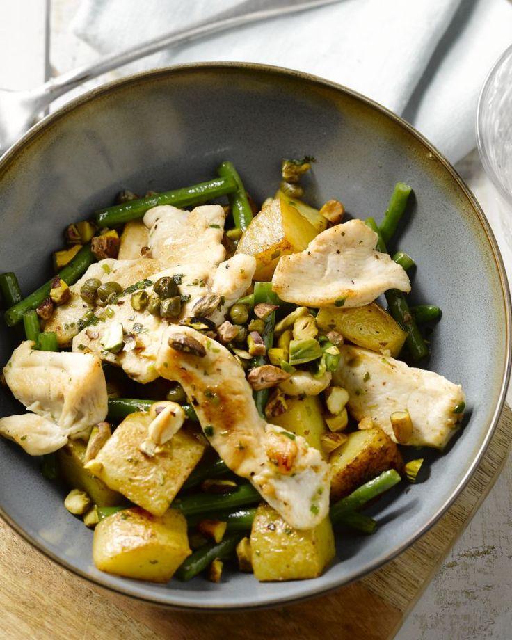 Deze kip met pistachenootjes en gebakken patatjes maak je in een pan klaar en smaakt goed af met de kappertjes. Snel en lekker, zo hoort het!