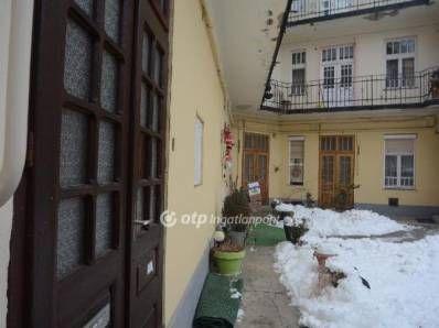 Eladó Miskolc belvárosához közel, frekventált helyen, kitűnő állapotú, felújított polgári két szobás földszinti lakás. A lakásban a tágas konyhához tart...