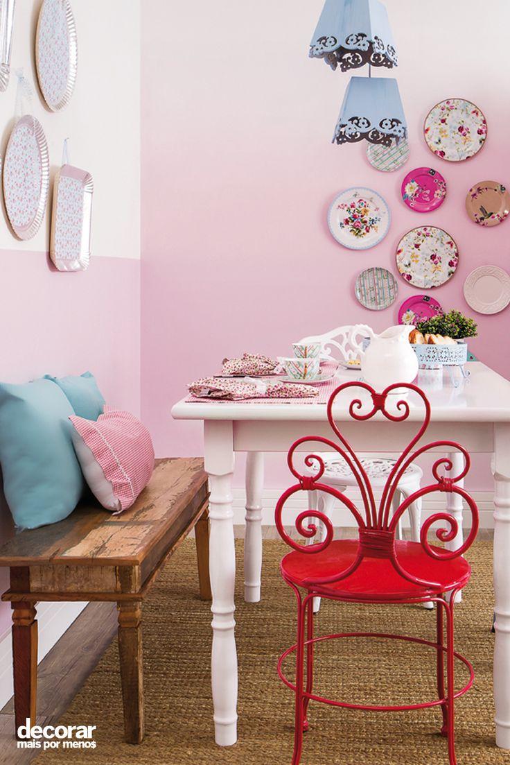Revista Decorar Mais por Menos - Romantismo e delicadeza caem muito bem na decoração da sala de jantar! Aqui a proposta foi utilizar bandejas de papelão revestidas com tecido adesivo para enfeitar a parede.