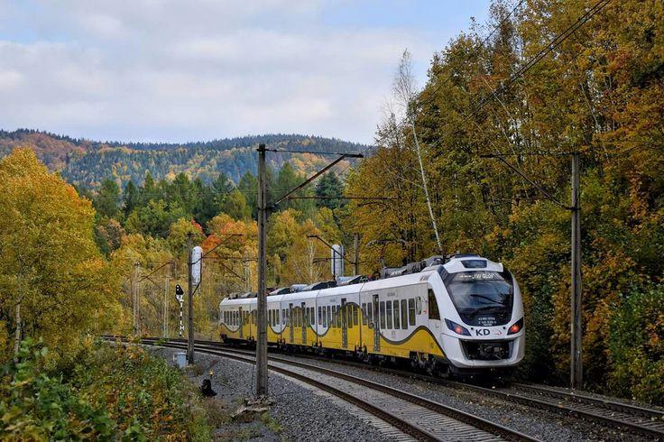 45WE-019 jako pociąg osobowy KD ze Szklarskiej Poręby Górnej do Wrocławia Głównego opuszcza Janowice Wielkie, kierując się w stronę p.o. Ciechanowice. Fot. Grzegorz Jóźwicki