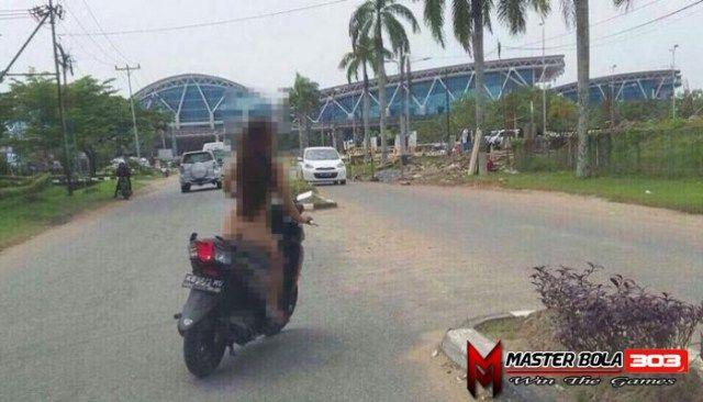 Wanita Bugil Mengendarai Sepeda Motor Jadi Viral Di Facebook