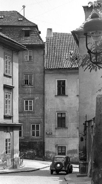 Z Jánského vršku (4583-1) • Praha, červen 1966 • | černobílá fotografie, auto, ulička, domy, dlažba |•|black and white photograph, Prague|
