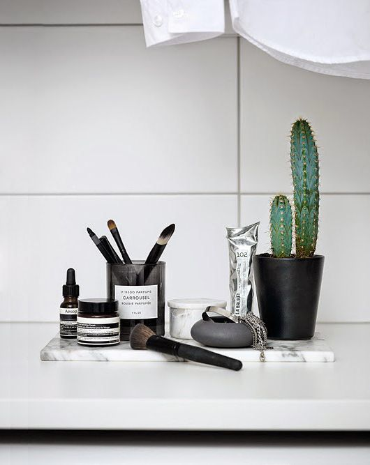 Simple arragenment of * beauty products * make a nice bathroom styling. | via: Emma Marklund