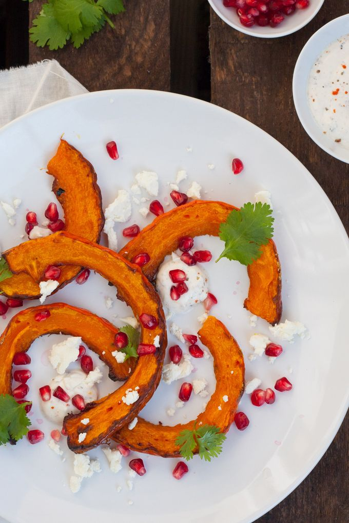 Gerösteter Kürbis mit orientalischem Joghurt und Feta. Knusprig, schnell und verdammt gut - kochkarussell.com