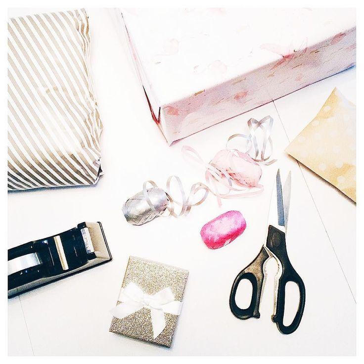Gifts & Goodies!   Pakpapier met flamingos glitterstrikjes en meters lint: voorpret  #sinterklaas #cadeautjes #nunoggedichtenschrijven