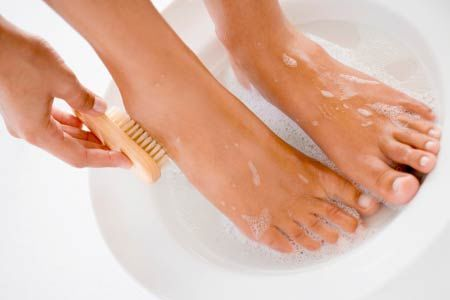 Get Rid Of Feet Fungal Infections With The Help Of Baking Soda And Apple Cider Vinegar!