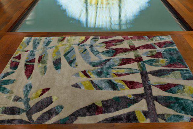 Un tapis imprimé de feuilles tropicales colorées pour un esprit botanique, Serge Lesage