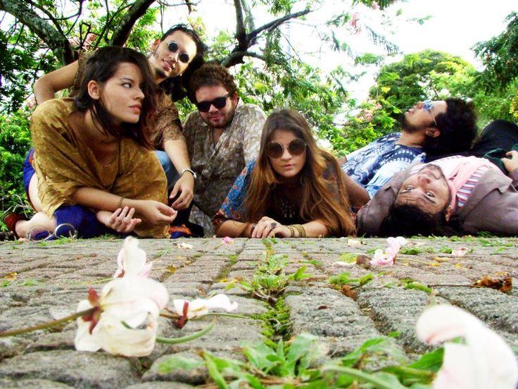 """Espalhados pelos quatro cantos do país, uma rede de produtores, artistas e divulgadores possibilita a circulação de shows e discos de bandas independentes durante todo o ano, da Amazônia aos pampas gaúchos. A troca de informações e serviços entre os membros dessa teia fez com que o Circuito Fora do Eixo se tornasse referência na...<br /><a class=""""more-link"""" href=""""https://catracalivre.com.br/geral/agenda/indicacao/musica-fora-do-eixo/"""">Continue lendo »</a>"""