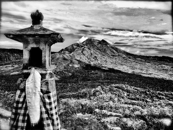 """Sebuah panorama Gunung Batur, Kabupaten Bangli, Bali, yang """"dipersembahkan"""" dalam format black and white oleh seorang fotografer asing."""