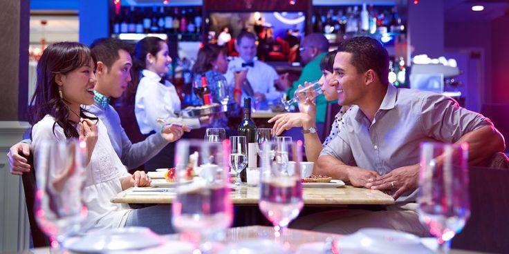 Dos matrimonios comiendo en un restaurante