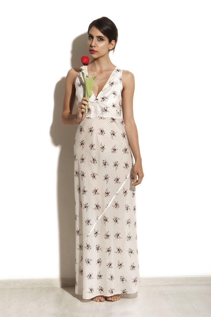 Camicia da notte lunga Pekin, 40% seta e 60% cotone. Silhouette fasciante da sirena e fiorellino di campo stampato, ammiccante, da lolita o manga giapponese.