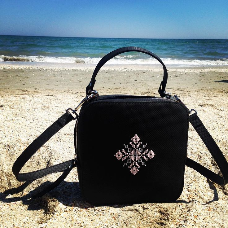 Magpie in vacation.Postcard from the seaside.  #iutta  #leather  #embroidery #bag  #designer #joyofwearingiutta #postcard #seaside #vacation