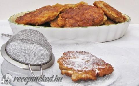Almás latkesz recept fotóval - Hozzávalók:      3 nagyobb alma meghámozva, nagy lyukú reszelőn lereszelve     2 jól felvert tojás,     1,5 csésze liszt (1 csésze 250 ml)     1 csésze narancslé vagy tej vagy joghurt     1 teáskanál sütőpor     csipet só     1-2 evőkanál cukor     olaj a sütéshez