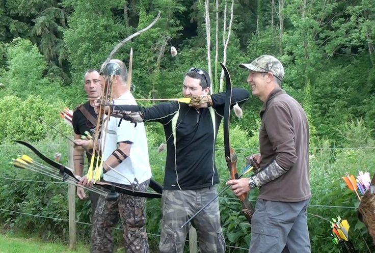 Vous souhaitez chasser à l'arc? Voici comment se déroule une formation pour pouvoir pratiquer légalement. Bonne ambiance et conseils de pro sont au programme!