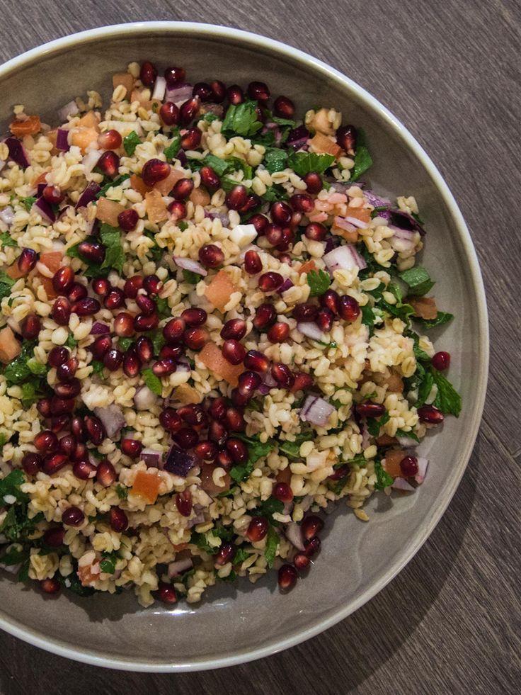 Tabbouleh er en arabisk vegetarsalatsomfungerer flott som en siderett, eller som en salat for seg selv med brød til. Minversjoner tradisjonell medbulgur, løk, tomat, persille, ogmed en frisk ...