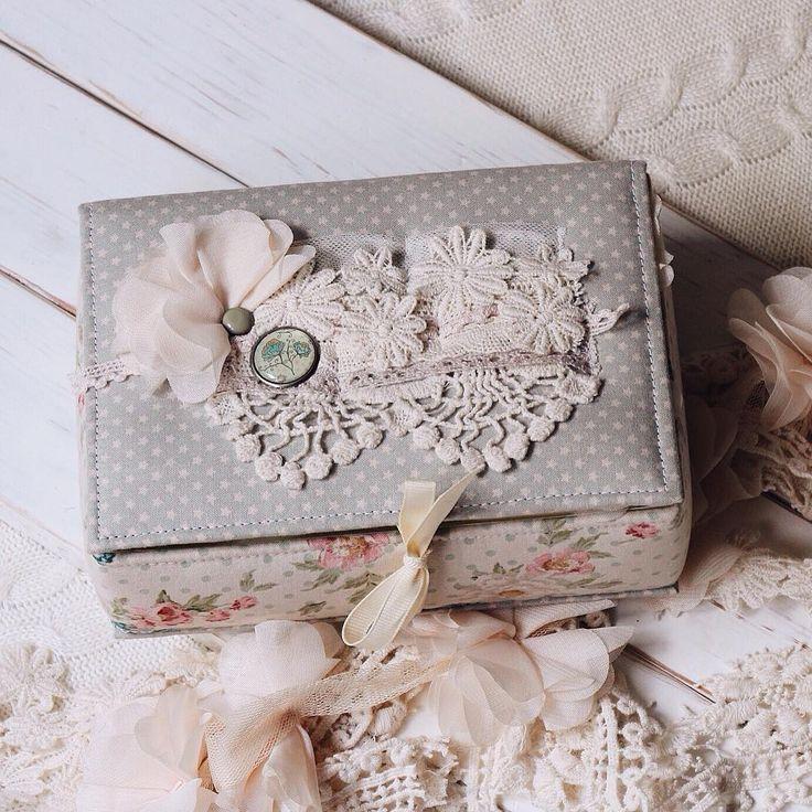 """А вы любите коробочки """"Мамины сокровища""""? 😉😊 Мне ближе понятие памятных коробуль, куда можно сложить разные милые сердцу вещички ❤️ Например я храню пинетки связанные Кирочкиной крестной, её крестильное платье (оно такое малюююсенькое 😢), первые поделки, рисунки и еще столько всего 🙈🙆🏼 У нас с Лёшей есть две огромные коробки 📦📦, которые я условно делю на период """"до свадьбы"""" и """"после"""" со всякими записками, фотографиями и мимими штучками :))) 😆👰🏼 А как вы храните воспоминания?…"""