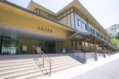 広島県廿日市市宮島町の宮島水族館は西日本有数の大規模な水族館です 平成23年にオープンしたばかりなので綺麗な館内が特徴です 瀬戸内の水生生物についての理解を深める事ができます アシカライブも見もの  館内は10のゾーンに分かれています 広島を代表する牡蠣の養殖を再現した水槽では水中の牡蠣の様子を観察することができます また瀬戸内海のクジラといわれるスナメリが飼育されている水槽口から水を飛ばすテッポウウオのパフォーマンスが見れる水槽など興味深い展示がたくさんありますよ  tags[広島県]