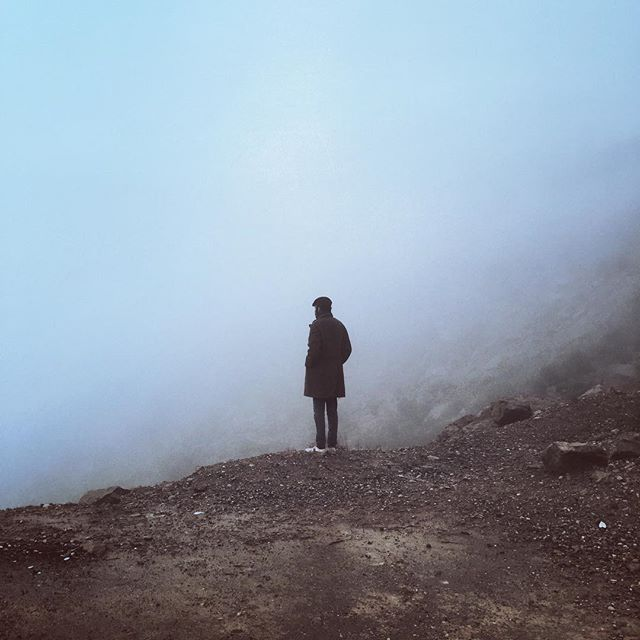 گاهي در برهه اي از زمان تو قصد مي كني در نقطه اي دور بايستي ، در حجمي از مه ، در موقعيتي ناخواسته يا به جبر ، و از دور به نقطه اي خيره شوي ، موقعيتي كه دلت ميخواهد هم ببيني اش هم نبيني اش.گاهي ناچاريم مقصودها را لايِ جملات نامفهوم پنهان كنيم . به صرفِ نشانه و تاريخ.