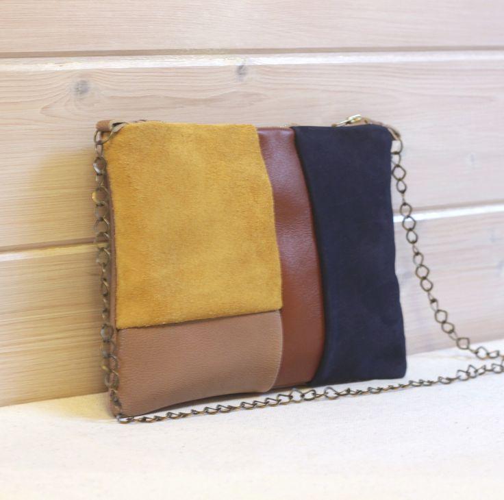 Pochette en cuir bleu marine jaune ocre marron et beige, multicolore patchwork de différents cuir, graphique, cousu main : Sacs à main par junette