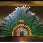 El Penacho de Moctezuma regresó a vitrinas del Museo de Etnología después de 8 años de una minuciosa restauración. Especialistas de México y Austria trabajaron en el famoso tocado de plumas de quetzal engarzadas en oro y piedras preciosas.   El majestuoso artefacto se estará exhibiendo junto a otros objetos de la época precolombina …