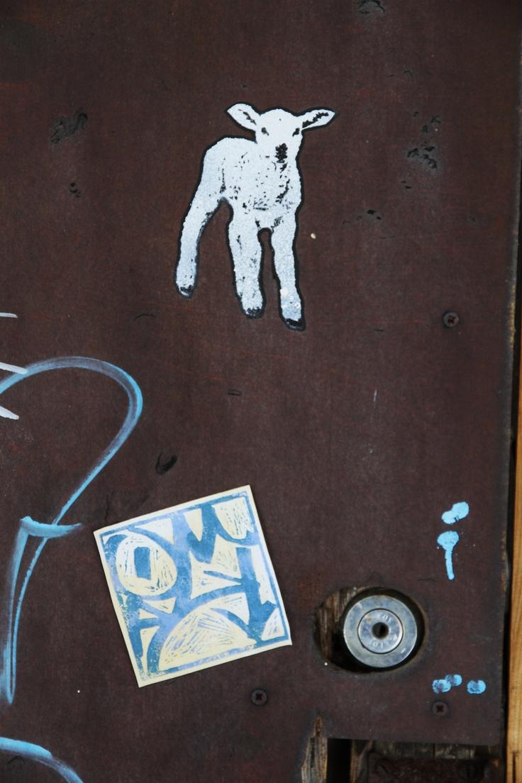 Kuvia Tölön alueen varastokopin seinässä Forssassa.
