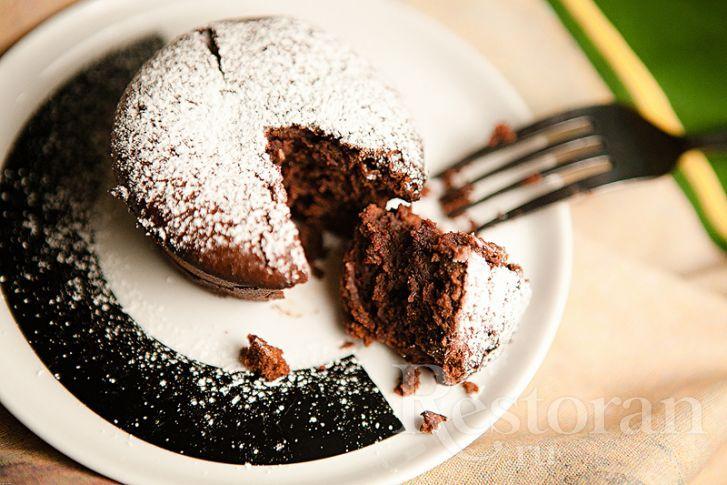 Рецептов данного вкуснейшего (на мой взгляд) десерта очень много! Очень-очень вкусно, если взбивать белки отдельно, смешивая все аккуратно и постепенно... Но долго. Поэтому есть вот такой вот упрощенный вариант, который очень удобен, когда надо срочно что-то приготовить к чаю. И не менее вкусен! Попробуйте.