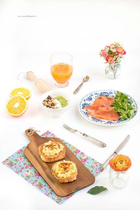Le uova strapazzate all'arancia con pane fritto sono perfette per un brunch casalingo, una colazione continentale o un pranzo sostanzioso