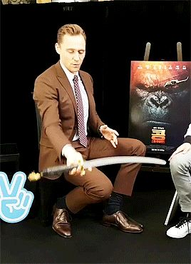 Tom Hiddleston - V Live. Gif-set:    http://maryxglz.tumblr.com/post/158395543507/lokihiddleston-tom-hiddleston-v-live
