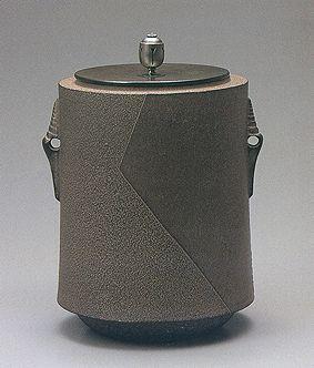 Japanese iron tea kettle by National Living Treasure of Japan, TAKAHSHI Keiten (1920-2009) 和銑肩衝筒釜 高橋敬典(人間国宝)