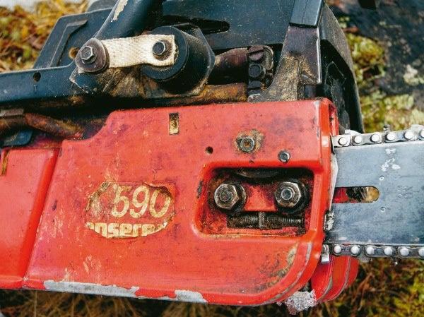 En Jonsered 590 som har set mange gode arbejdsdage, siden den blev fremstillet i slutningen af 1980'erne.