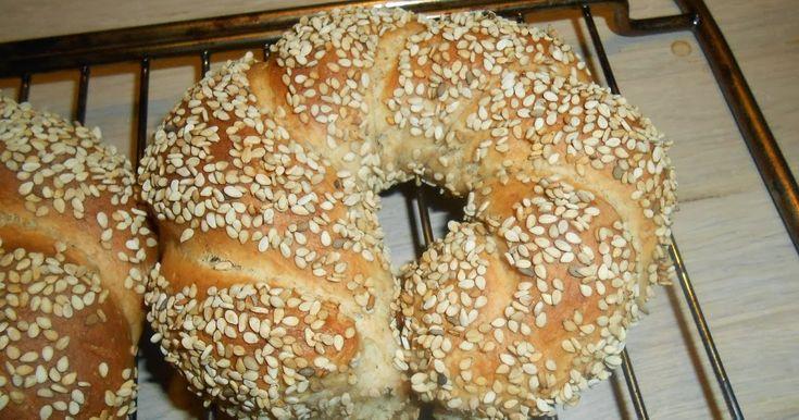 Sesam-brødene fra sidste søndag skal du lige nå at ha' inden det blir søndag igen! Du kan snildt smække dejen sammen sent i aften:-) De opst...