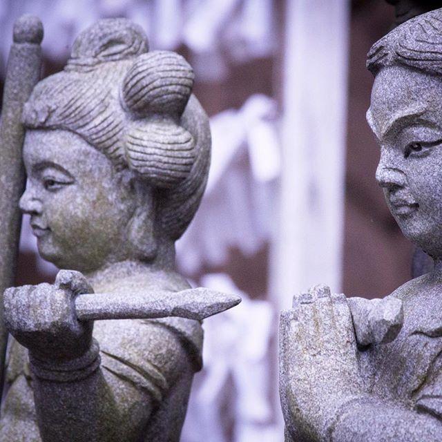 次浮気したらこれで刺すからねすみません二度としません という会話ではなかったはずです多分僕の妄想です 東京  目黒不動尊瀧泉寺にて  #temple #buddha #目黒不動尊 #japan #tokyo #痴話喧嘩にしか見えなかったのだもん #童子 #写真好きな人と繋がりたい #knife #wu_japan #insta_japan (by johnny_thegogo)