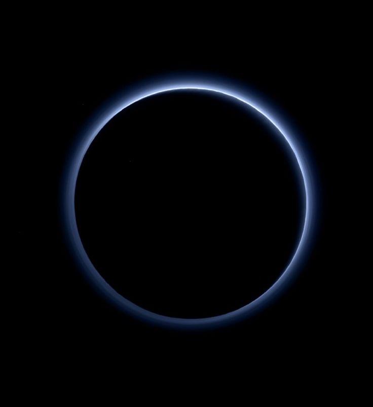 Photo de la brume entourant Pluton fournie par la Nasa, le 8 octobre 2015Le ciel de Pluton est bleu et il y a par endroit des plaques de glace d'...