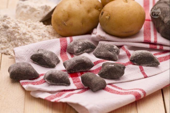 Gli gnocchi al nero di seppia sono deliziosi gnocchi di patate resi ancora più gustosi e scenografici dall'utilizzo del nero di seppia nell'impasto.