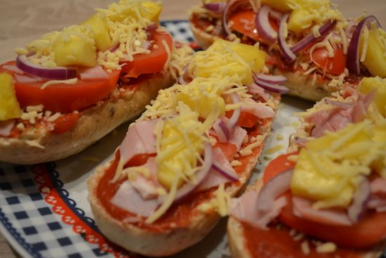 Pizza Pistoletje - weight watchers  Vier pistoletjes (twee bruine pistoletjes is 9 ProPoints) – Gezeefde tomaten (0 ProPoints) – 60 gram geraspte 30+ kaas (30 gram is 2 ProPoints) – 80 gram achterham (40 gram is 1 ProPoint) – Groente/fruit naar keuze. Wij kozen voor tomaat, uien en verse ananas. (0 ProPoints) – Italiaanse kruiden (0 ProPoints)  En zo maak je het: