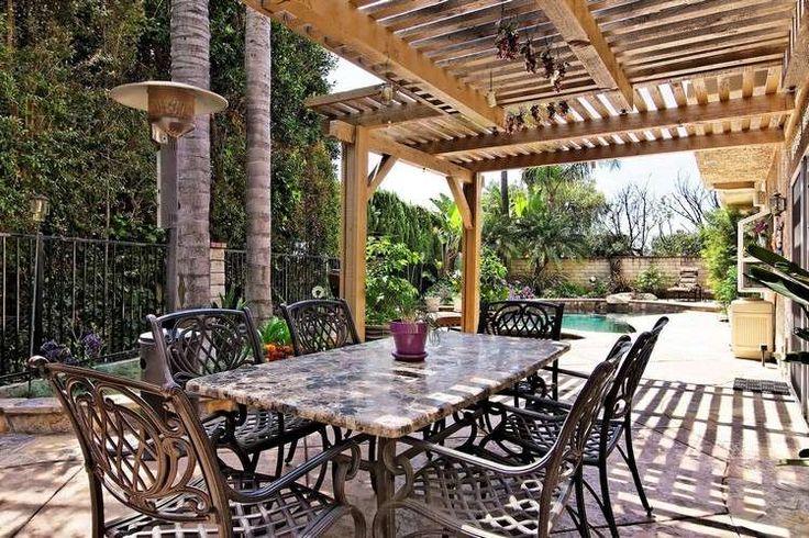 protection solaire avec une pergola en bois pour le coin repas dans le jardin