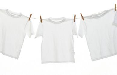 Como remover manchas de suor da roupa Saiba como fazer mais coisas em http://www.comofazer.org/roupa-e-vestuario/como-remover-manchas-de-suor-da-roupa/