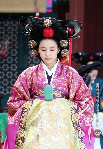 Korean drama [Dong Yi] = 숙빈최씨 [Lady Choe Sukbin] - 한효주 (Han Hyo-joo)  Dong Yi(Hangul:동이;hanja:同伊) is a 2010 South Korean historical television drama series, starringHan Hyo-joo,Ji Jin-hee,Lee So-yeonandBae Soo-bin.About the love story betweenKing SukjongandChoi Suk-bin, it aired onMBCfrom 22 March to 12 October 2010 on Mondays and Tuesdays at 21:55 for 60 episodes.