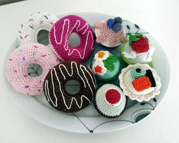 """Hæklede cupcakes ud fra Elena Nielsens bog """"Hæklede cupcakes"""" og donuts med inspiration fra Drops Design - garnstudio.dk"""