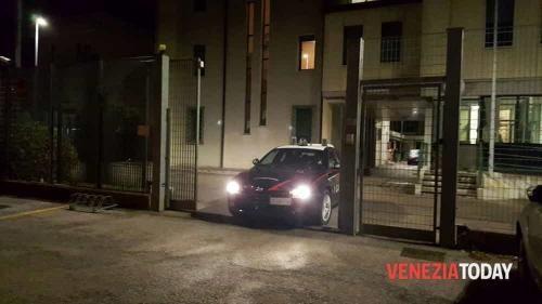 """Veneto: #Ladri #incappucciati #""""svuotano"""" l'azienda per ore: colpo grosso in una ditta di Mirano (link: http://ift.tt/2hTOq88 )"""