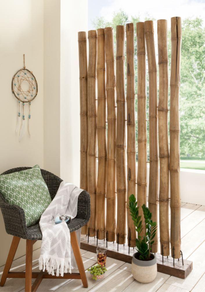 Origineller Raumteiler Aus Dicken Bambusstaben Auf Einem
