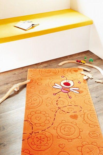 Guck mal, wer da summt! Neben einer zauberhaften Biene gibt hier kräftiges Orange den Ton an. Den dekorativen Kick verleiht diesem sommersonnigen Kinderteppich der zarte Musterrapport aus Kreisen, Herzen und Blumen ganz stylish Ton in Ton.