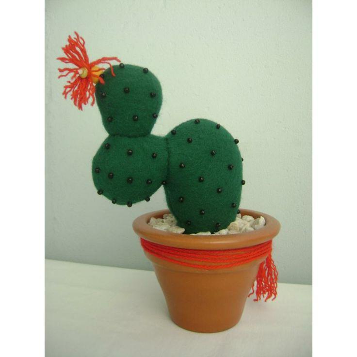 Cactus de fieltro, canutillos y lana.  OLIMPIA <3