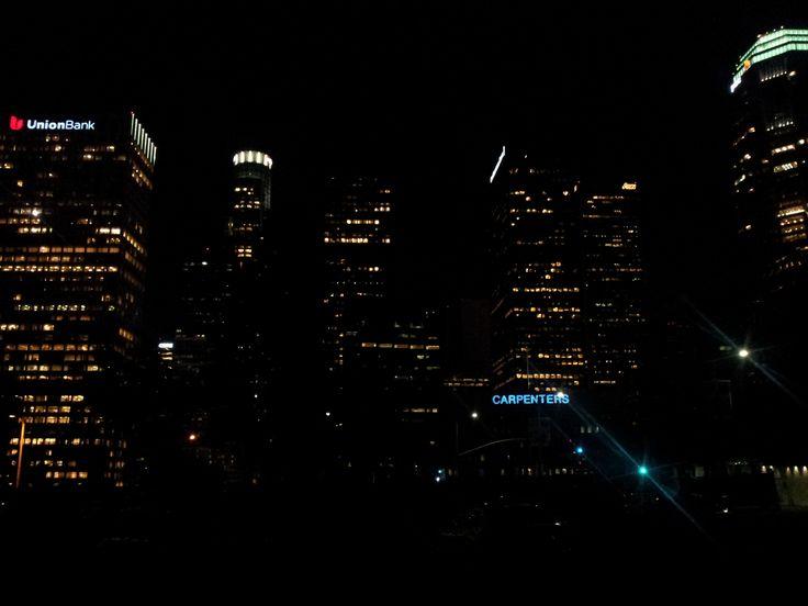 Financial district v noci. Nic tam není, jenom pár světýlek někde vysoko ve tmě. Semtam bezdomovec. A teplo!