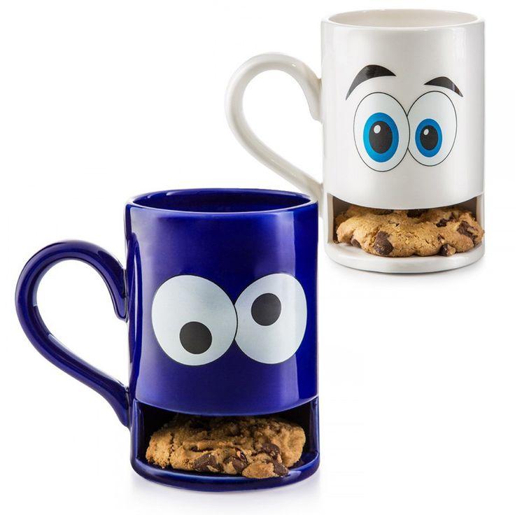Kaffee und ... Keks. Tee? Keks! Kakao? Was für eine Frage – Keks natürlich! Kekse und Heißgetränke gehören unweigerlich zusammen, daher sind die Mug Monsters, die Tassen mit Keksfach, völlig zwingend das richtige Geschenk für ein Krümelmonster Ihrer Wahl. Die beste Erfindung seit den Schokoladenstückchen im Keksteig!