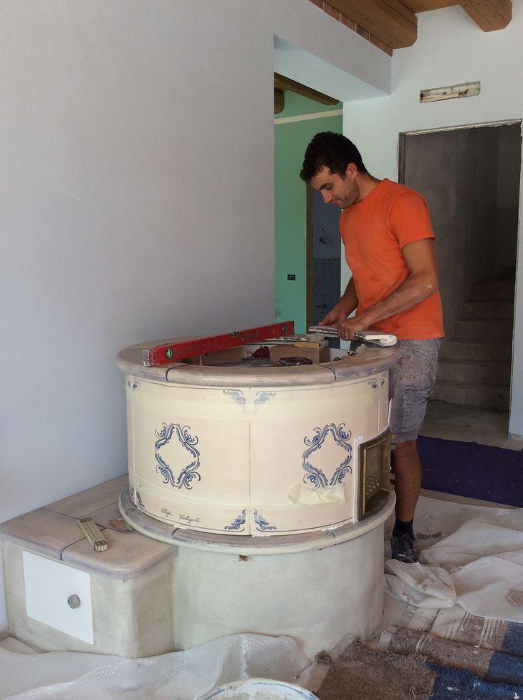Montaggi stufa classica. #stufecollizzolli #stufe #handmade #madeinitaly  #fattoamano #artigianato #design #italy #arte #qualità #home #casa #arredamento #arredamentocasa #interiordesign #designhome #processoartigianale #ceramica #ceramicart #maiolica #argilla #kachelofen #stube #cotturainforno #pittura #incisioni #rilievi #decorazioni #trentino #bolbeno