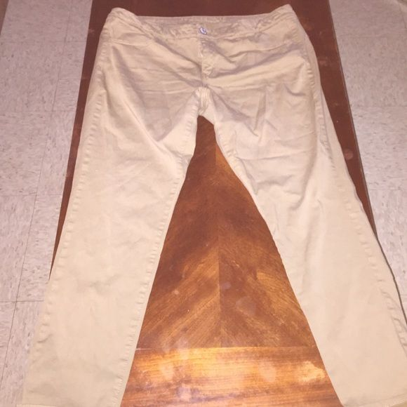 American Eagle kaki pant. American Eagle kaki pants, worn once. Has front pockets can't really see it with the flash. American Eagle Outfitters Jeans Skinny