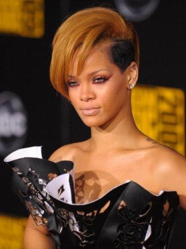 I like it.: Shorts Blondes, Celebrity Hairstyles, Rihanna Shorts, Cat Eyes, Hair Style, Hairstyles Ideas, Rihanna Red Eye, Rihanna Hairstyles, Shorts Hairstyles