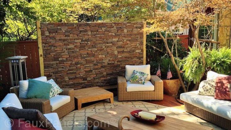 Diese Terrasse Privatsphäre Wand bedeckt in faux Stein Verkleidung, Sitzecke im Innenhof, und erweitern auch einen anderen Fuß oder so über die hölzernen Zaun Privatsphäre visuelle Interesse hinzufügen.